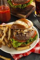 hambúrguer gourmet com alface e tomate
