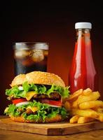 hambúrguer, cola, batata frita e ketchup