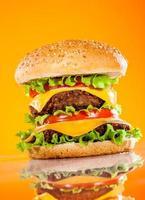 hambúrguer saboroso e apetitoso em um amarelo