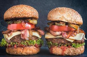 dois hambúrgueres de carne foto