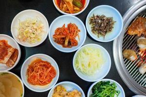 grupo de picles coreano e churrasco coreano foto