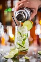 mojito cocktail bebida no balcão de bar