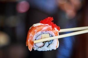 rolo de salmão sushi comida japonesa foto