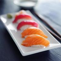 sushi nigiri japonês de salmão e atum foto