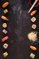 sushi em fundo escuro. minimalismo foto