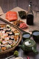 sushi e pãezinhos foto