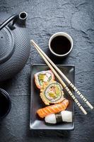 sushi servido com chá