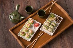 sushi vegetariano de frutos do mar japoneses foto