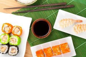 sushi maki e sushi de camarão