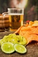 nachos e cerveja foto