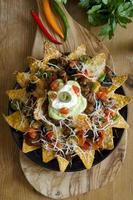 prato de festa nacho na mesa de madeira foto
