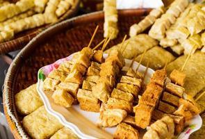 comida grelhada no mercado de alimentos na Tailândia foto