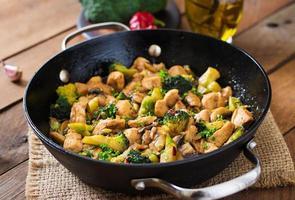 frite o frango frito com brócolis e cogumelos - comida chinesa