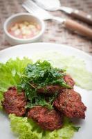 Bolo de peixe com comida tailandesa (tod mun pla)