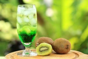 refrigerante de suco de kiwi foto