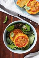 macarrão com queijo em formas de muffin foto