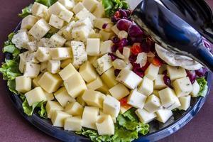bandeja de frutas e queijo sortida foto