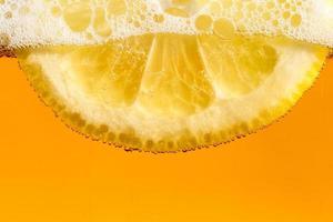 limão nas bolhas de cerveja foto