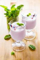 milk-shake em cima da mesa foto