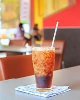 copo de coca-cola com cubos de gelo foto