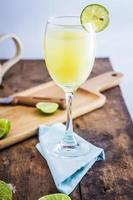 suco de limão no fundo de madeira foto