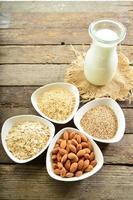 leite vegano diferente em vidro. leite de amêndoa, leite sezame e leite de aveia.