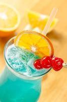 cocktail colorido em cima da mesa foto