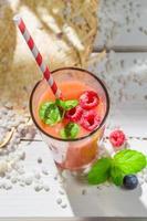 delicioso coquetel com frutas foto