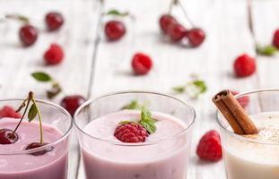 iogurte de frutas frescas deliciosas foto