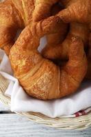 croissants frescos em uma cesta foto