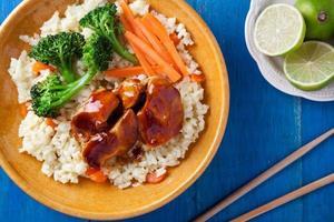 refeição de frango e legumes close-up foto