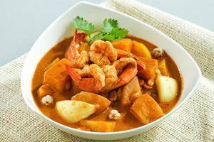 curry tailandês concentrado com ervas picantes e camarões foto