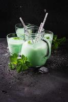 leite tradicional italiano com hortelã foto