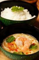 sopa de coco tailandês noddle foto