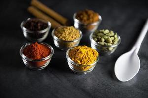 closeup de várias tigela de especiarias coloridas na mesa foto