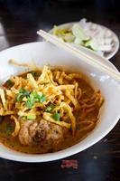 khao soi, sopa de caril tailandês do norte foto
