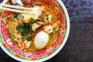 macarrão de camarão com ovo no estilo chinês de tigela foto