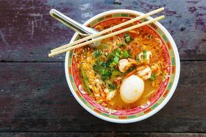 sopa de macarrão de camarão com ovo na tigela estilo chinês foto