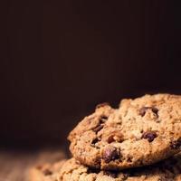 biscoitos de chocolate no fundo de madeira. empilhado