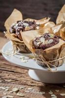 prato cheio de muffins de chocolate com amêndoas foto