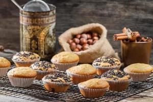muffins de baunilha no rack de refrigeração foto