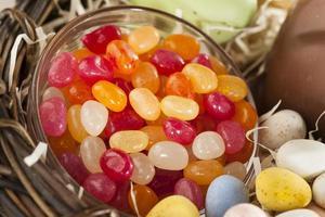 doces de Páscoa festiva em uma cesta foto