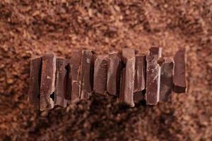 pedaços de chocolate no fundo ralado de cacau
