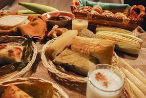 vários tamales de milho foto