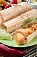 tamales de frango com salsa verde foto