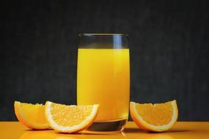 fatias e suco de laranja fresco foto