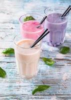 batido de leite de frutas frescas na madeira foto