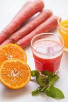 suco de cenoura vermelha foto