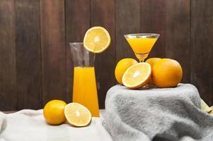 natureza morta com suco de laranja foto