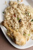Biryani de frango é um prato à base de arroz basmati foto